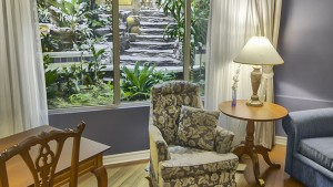 palace_royal_suite_hospitalite_adaptee_grand_lit_bain_therapeutique_balcon_jardin_1