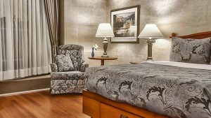 palace_royal_hospitality_room_queen_bed_garden_view_1